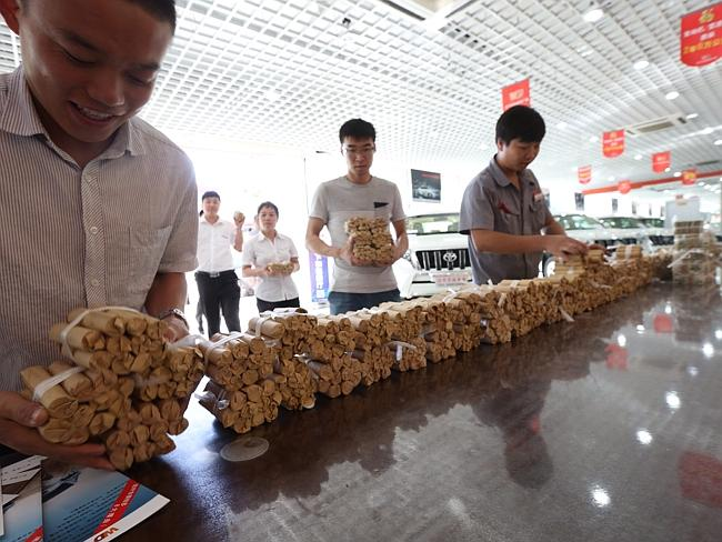 A buyer from northeast China Shenyang city carried about 660,000 RMB coins and 20,000 RMB