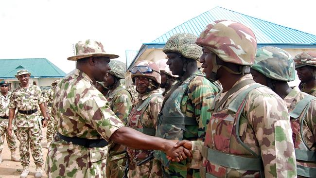 Nigerian Chief of Army Staff, Lieutenant General Kenneth Minimah with soldiers on the fro