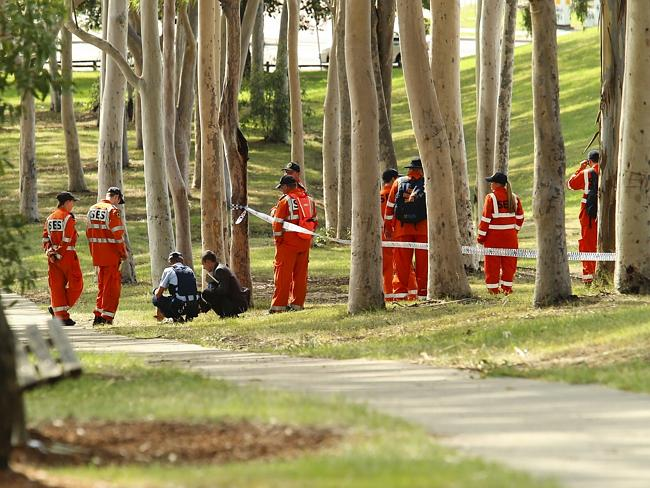 Police and SES search the scene this morning. Picture: Justin Lloyd.