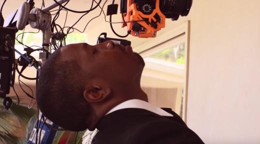 VR-jynkyn kuvaaminen on miesnäyttelijän niskalle työläs prosessi.