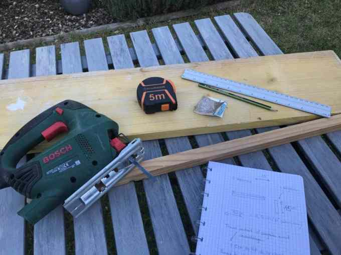 étape montrant la découpe du bois