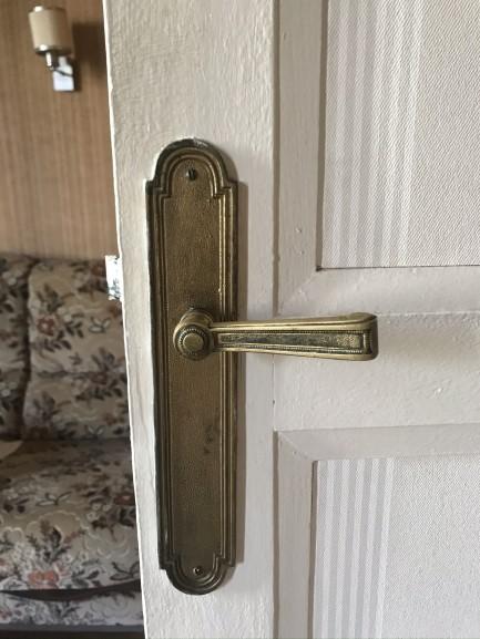 Portes seront à rénover, il faudra aussi prévoir de remplacer les poignées de portes