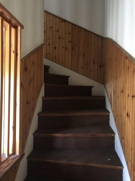 Montée d'escalier avec du lambris: il faudra être vigilant à ce qui se trouve sous la lambris