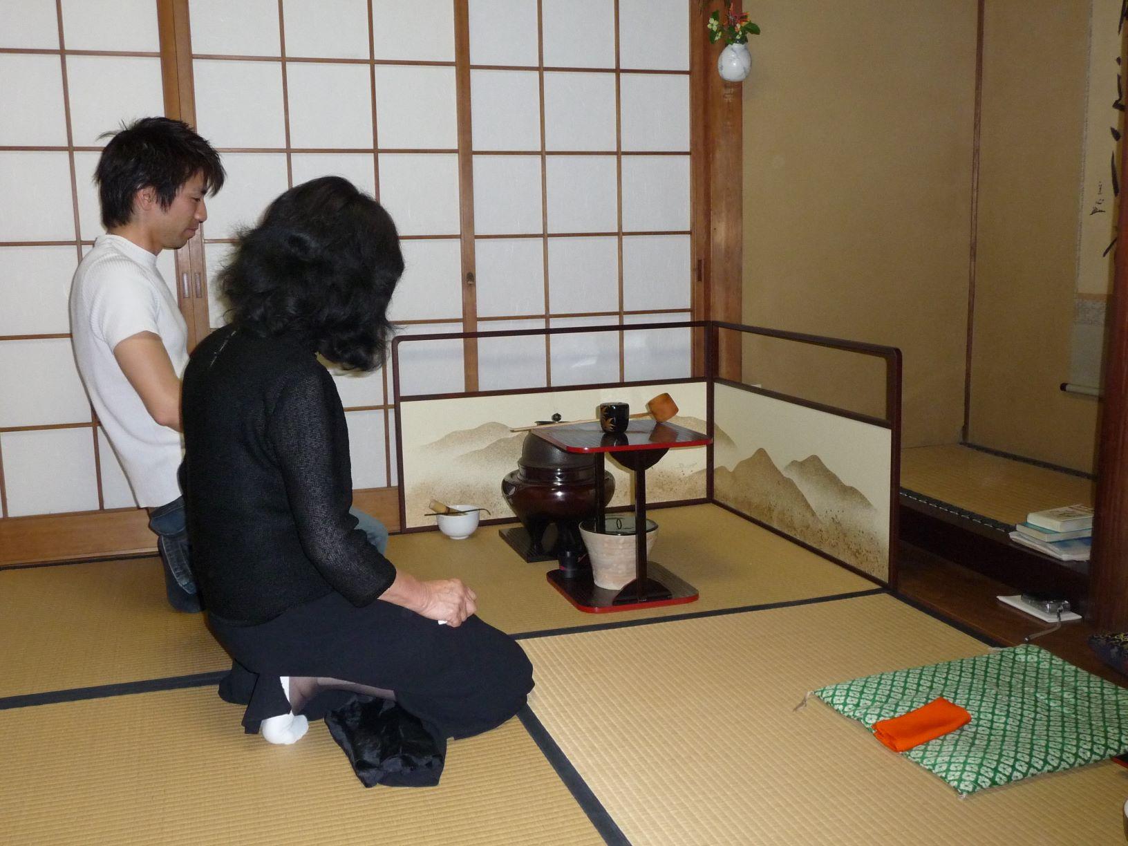 Cérémonie du thé au Japon: le maître du thé et l'élève