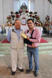 César recibiendo de mano del presidente de la Comisión de Obras del Barrio de Vista Hermosa, su premio.