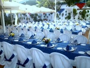 Mesas para evento en el patio de los naranjos del Restaurante de Córdoba Sociedad Plateros Maria Auxiliadora