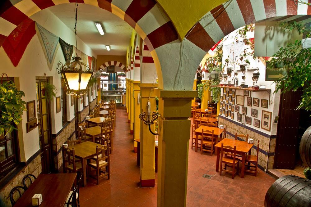 Detalle pasillo lateral y del patio columnas mezquita del Restaurante de Córdoba Sociedad Plateros Maria Auxiliadoraia