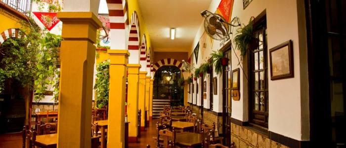 Pasillo tateral del patio columnas mezquita del Restaurante de Córdoba Sociedad Plateros Maria Auxiliadoraia-Anuxiliadora