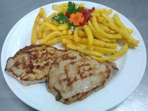 Lomo a la plancha con patatas fritas adaptado sin gluten para celiacos para comer Cordoba Restaurante Sociedad Plateros Maria Auxiliadora