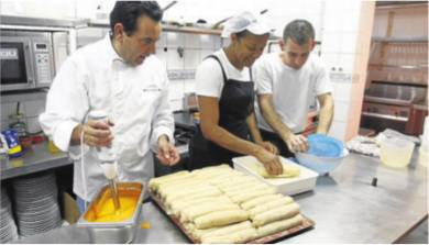 Cocinando flamenquines para celiacos en el Restaurante Sociedad Plateros Maria Auxiliadora