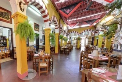 Interior Restaurante en Cordoba Sociedad Plateros Maria Auxiliadora con arcos de la mezquita cordobesa y platos adaptados a los celiacos
