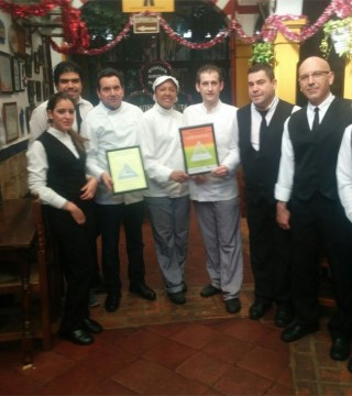 Equipo del Restaurante Sociedad Plateros Maria Auxiliadora con el Certificado de la Fundacion Dieta Mediterranea