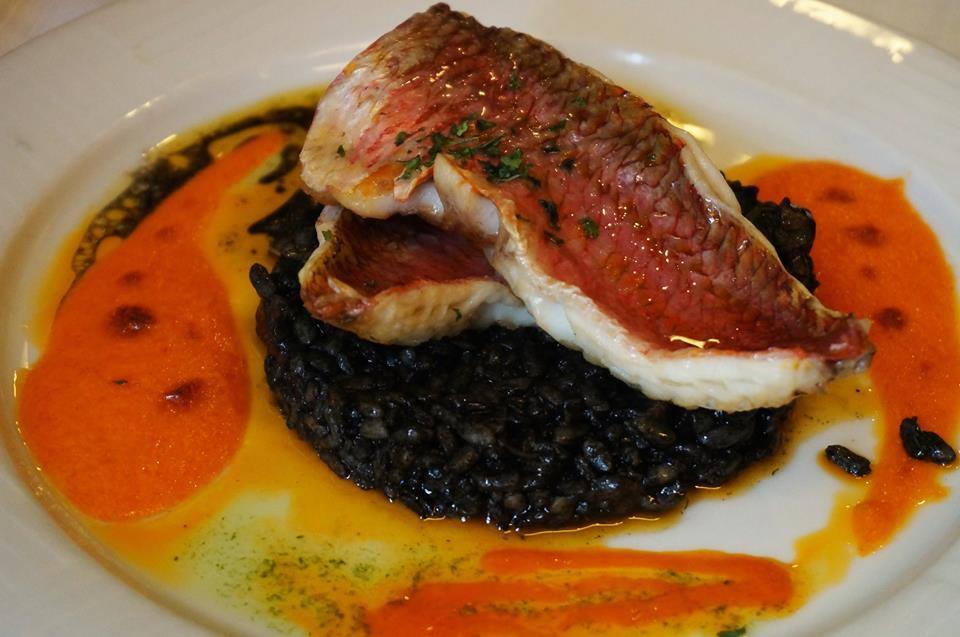 restaurante-cocina-mediterranea-barcelona-sant-gervasi-salmonetes-con-arroz-negro-de-sepia.jpg