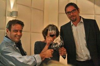 Paco y Sara Ron brindando con Óscar