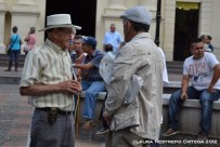 dos hombres hablando