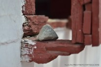 piedra en la ventana