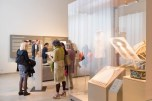 "Visitatori vicino all'opera "" ''RÜBER FRAUEN. Segni di una recente emigrazione femminile a Berlino."" di Ornella Orlandini (testi a cura di Elena Giampaoli)."