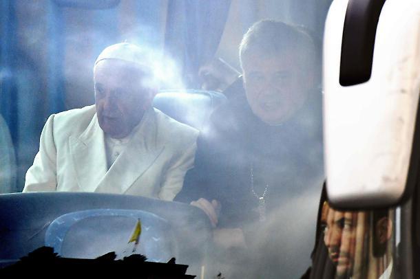 """Vaticano, Papa Francesco e Bisignani: """"Nuovo scandalo sessuale in arrivo, ora trema il Pontefice"""""""