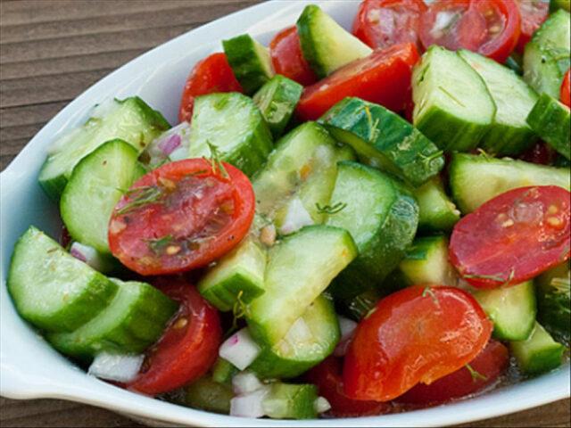 salata -simplă- cu -roșii -și- castraveți.jpg
