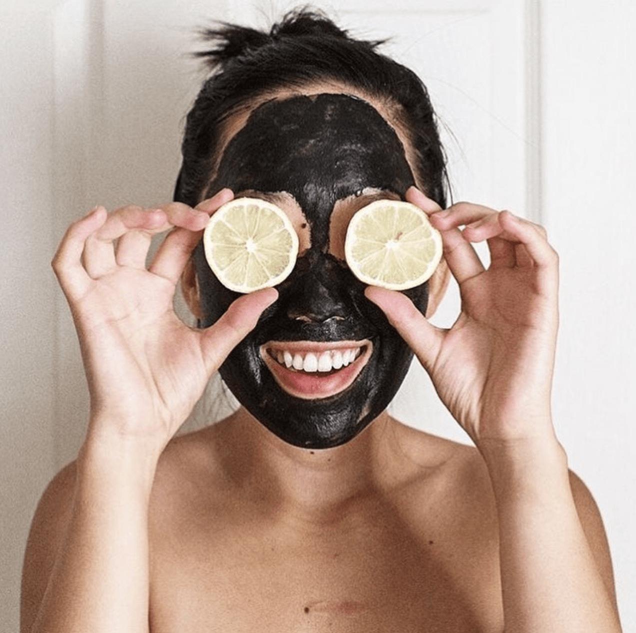 De ce femeile iubesc masca de cărbune