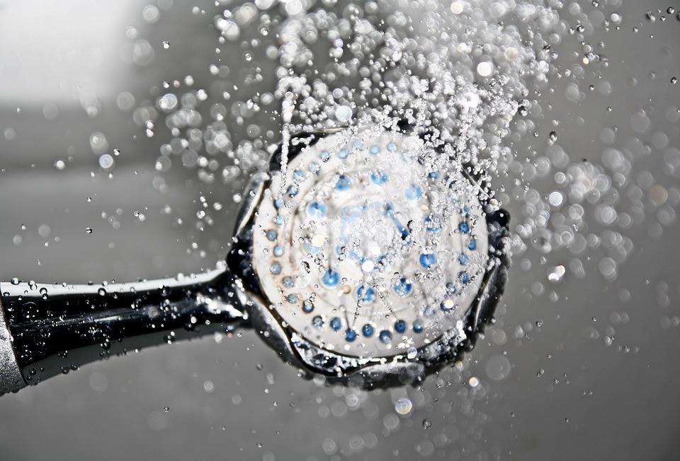 5 motive pentru a lua un duș rece