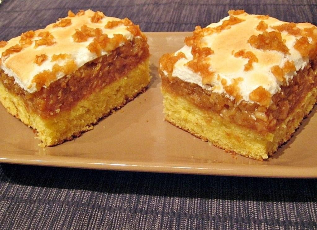 Două porții de prăjitură cu mere și bezea pe o farfurie maro