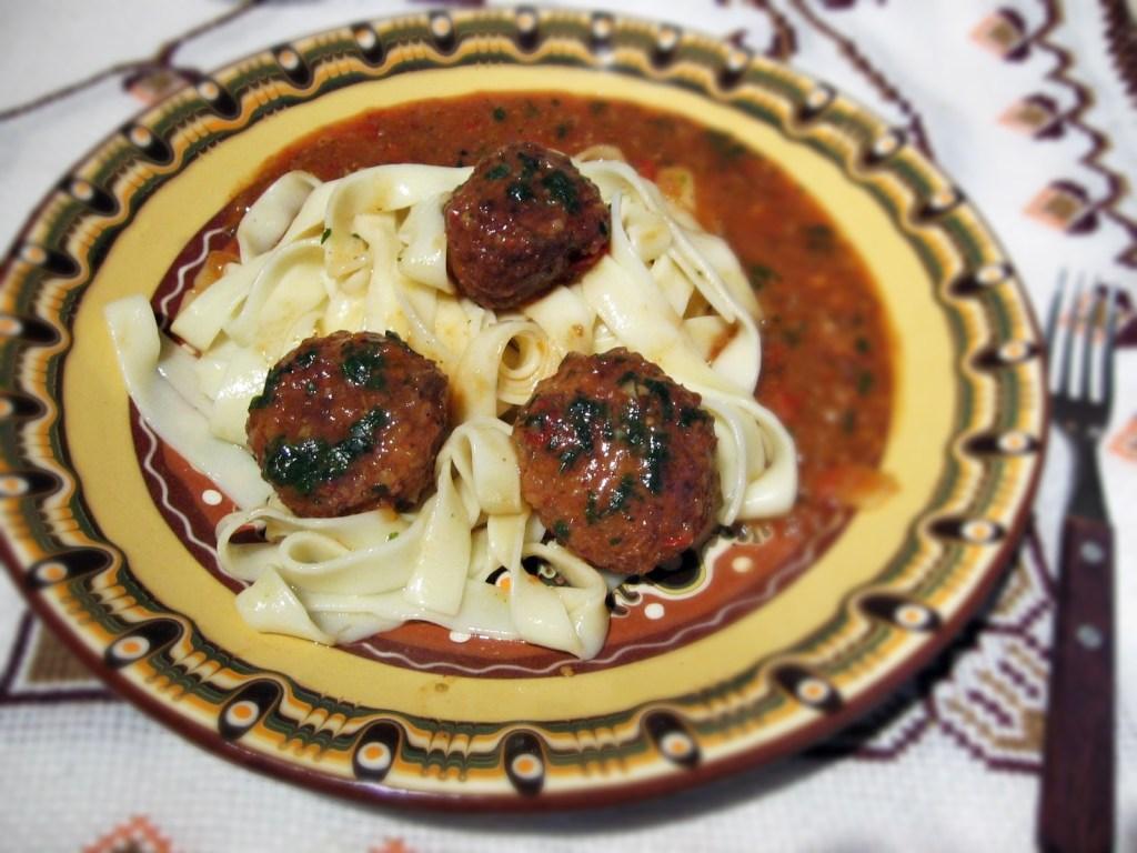 Tagliatele-cu-chiftele-sos-zacusca-5