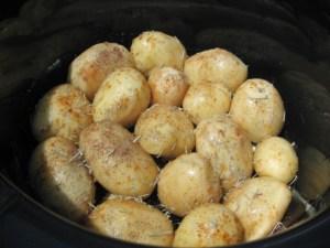 Cartofi-noi-cu-sos-de branza-si-usturoi-2