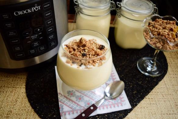 Iaurt natural din lapte de vacă preparat la Multicooker