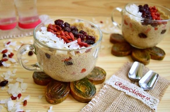 Budincă de quinoa cu fructe deshidratate