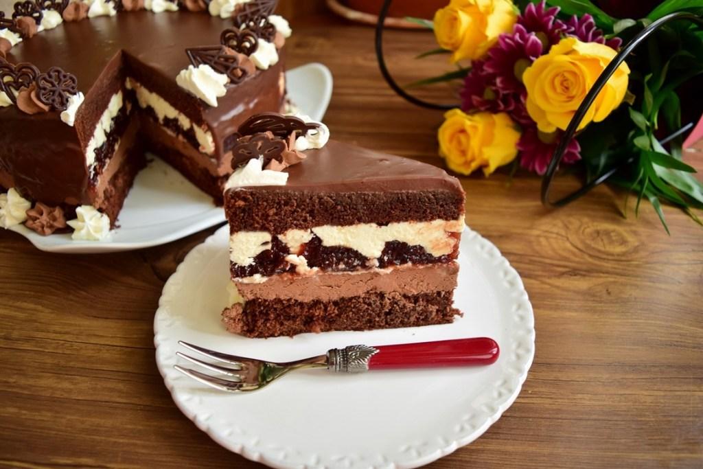 Tort cu creme de ciocolată și jeleu de vișine