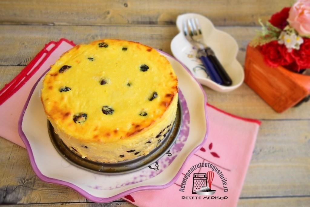 Budincă de macaroane cu brânză și merișoare, pe un platou rotund