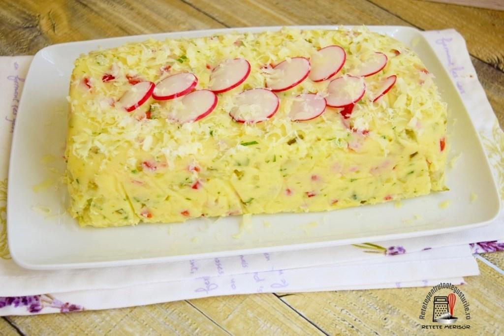 aperitiv din cartofi cu ouă fierte, pe un platou alb