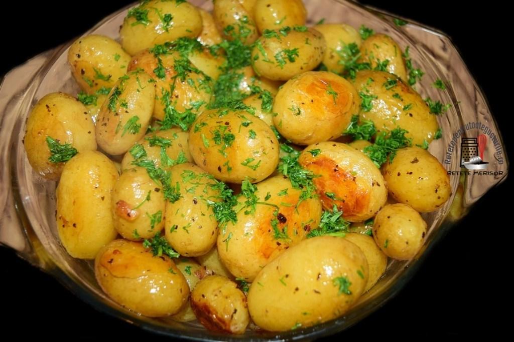 Cartofi noi la cuptor cu unt și busuioc, presărați cu verdeață