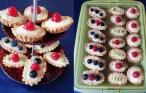 Mini tarte cu vanilie și fructe pe un platou etajat și pe o tavă verde