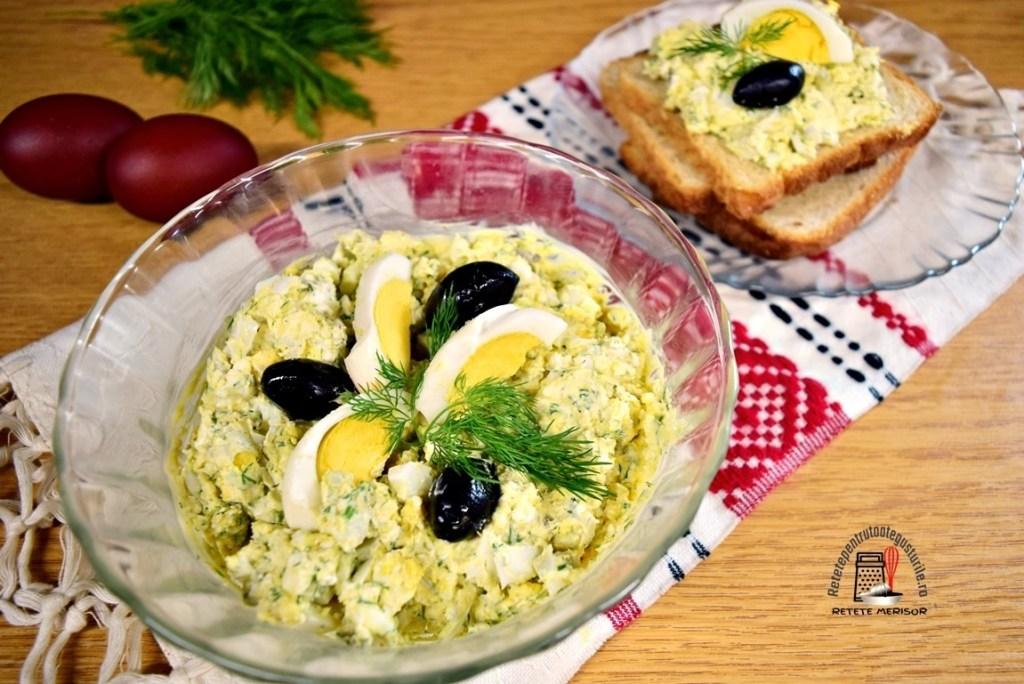 Pastă de ouă cu brânză și mărar într-un bol de sticlă și pe felii de pâine