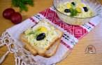 Pastă de ouă cu brânză și mărar, pe felii de pâine și într-un bol de sticlă