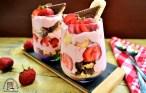 desert cu pișcoturi și căpșuni la pahar