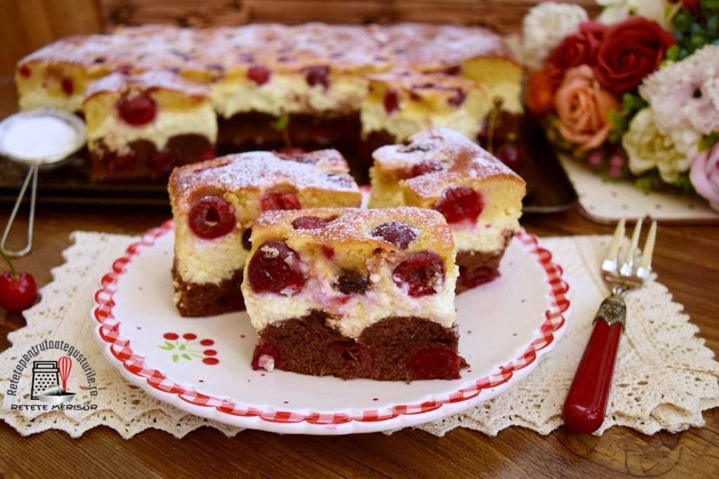 Prăjitură Duo cu brânză și vișine, porționată