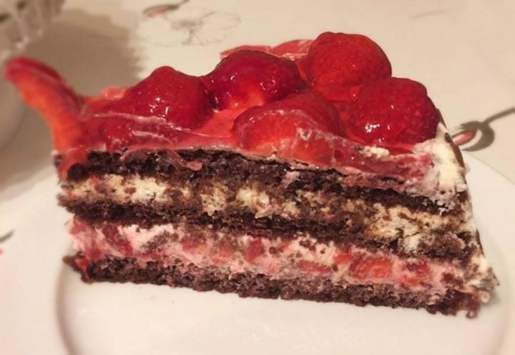Porție de tort Pădurea Neagră cu căpșuni