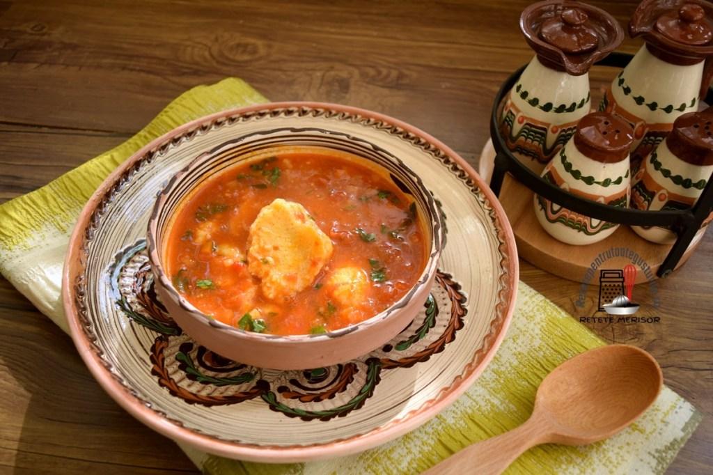 Ciorbă de roșii cu găluște de griș, una secționată