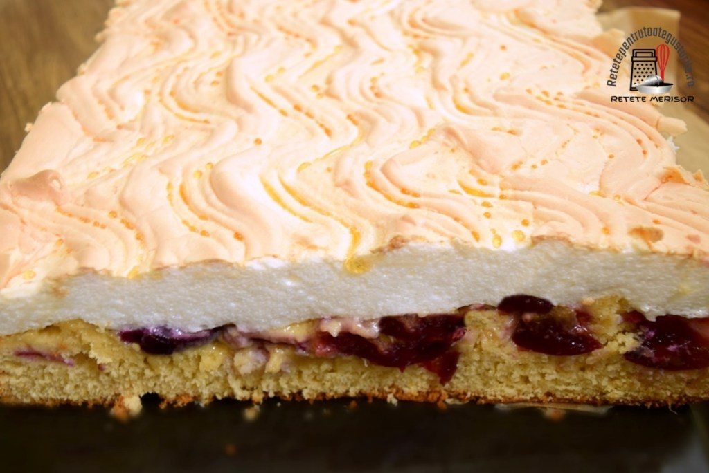 Prăjitură cu prune și bezea, secționată