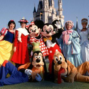"""Somație în fața parcului Disneyland: """"Spuneți gardienilor să deschidă poarta!"""""""