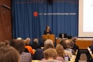 Styreleder Ebba Boye presenterer innledere finanskrisepanelet.
