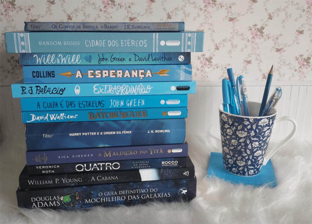monte de livros azuis