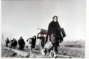 refugies-marchant-sur-la-route-entre-barcelone-et-la_415438_516x343