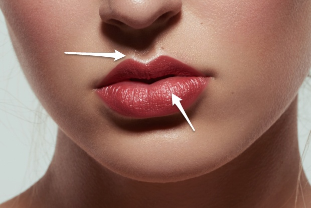 """Defined """"cupid's bow"""", highlights in the middle of the lip, following the natural shape."""