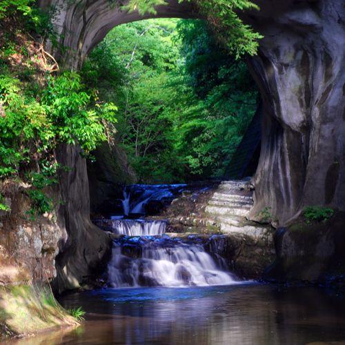 滝の周りの洞窟は人工的に掘られたもののようです。「濃溝の滝」は、清水渓流広場内に懸かる滝であり、かつて大きく迂回していた川を洞窟の中を通すことにより短絡させたもの。
