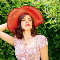 [:de]Mut zum Hut: 10 stylishe Modelle, die jedem Outfit das gewisse Etwas verleihen[:en]RetroCat With A Hat: 10 Beautiful Hats For Every Occasion[:]
