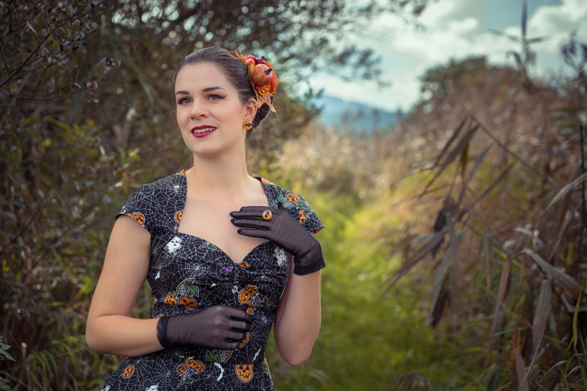 Perfekt für Halloween: RetroCat mit Fledermaus-Ohrringen und Ring von Glitter Paradise